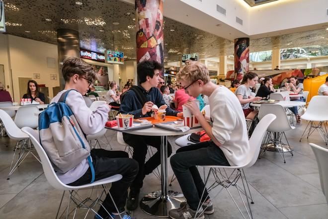 Почти 80% детей в России питаются фастфудом