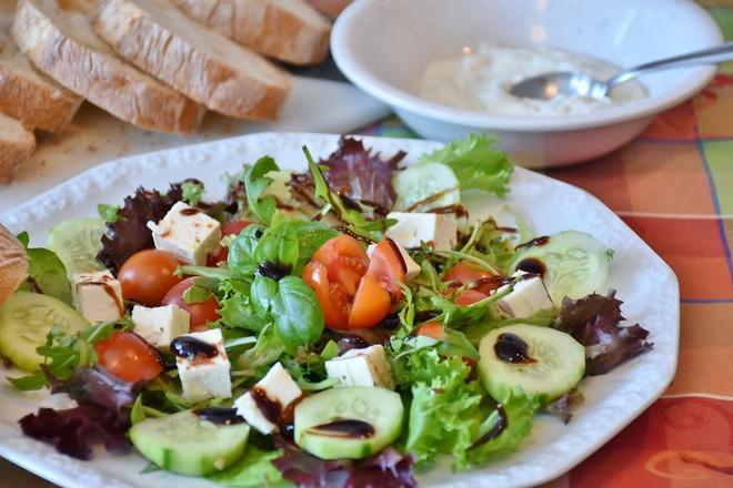 Россиянам напомнили о сроках хранения салатов