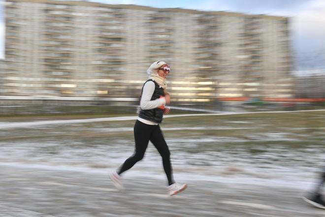 Депздрав советует зимой заниматься спортом на улице с фонариком на голове