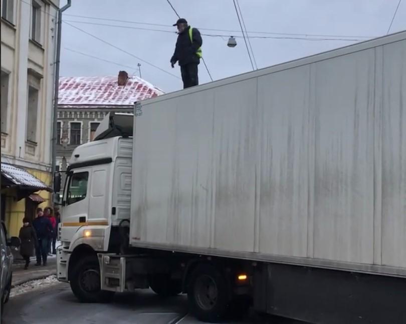 Видео: Водитель фуры перекрыл центральную улицу Москвы