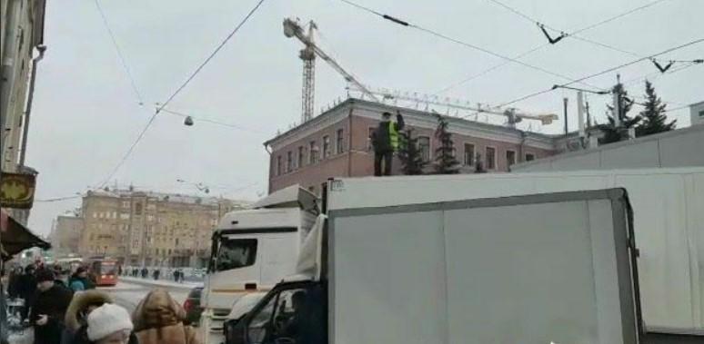 Водителя, заблокировавшего центр Москвы увезли в полицию