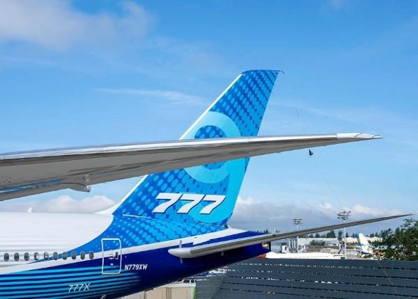 Самый большой двухдвигательный лайнер совершил первый полет