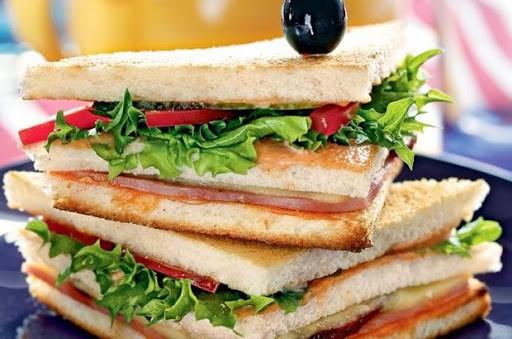 Банкир-миллионер попался на краже бутербродов из столовой
