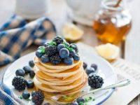 Начинаем утро с правильного завтрака: оладьи на кефире с ягодами и кедровыми орешками