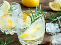 Для домашней вечеринки: рецепт лимонного спритца с розмарином
