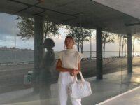Уютный свитер и широкие джинсы— самое уютное и комфортное сочетание: доказывает стилист София Коэльо