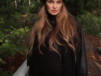 Бини и цепь поверх водолазки: модные приемы от Роми Стрейд