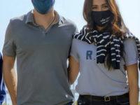 Что написано на маске, а что — на футболке Меган Маркл?