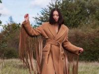 Этой осенью вместо базового пальто носите верхнюю одежду с бахромой, как у Тиффани Хсу