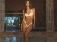 Как выглядят современные богини? Показывает Эмили Ратаковски в купальнике из кремового сатина