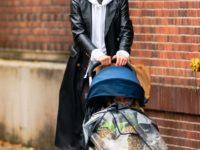 Кожаный плащ + худи: практичный образ Ирины Шейк для дождливой погоды