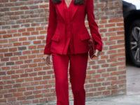 Леди в красном: строгий костюм королевы Летиции, который стройнит и делает талию осиной