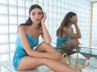 Мини, прозрачные ткани и диско: Эмили Ратаковски примерила осенние образы для NastyGal