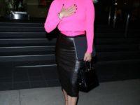 Неоново-розовый свитер + юбка из змеиной кожи: Дженнифер Лопес задает тренды