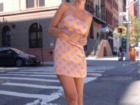 Очень короткое платье + кроссовки: Эмили Ратаковски знает, как привлечь внимание