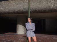 Пиджак вместо платья и высокие сапоги: образ Тиффани Хсу для смелых девушек