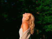 Платье-комбинация + уютный кардиган: осенний образ Карли Клосс