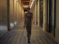Платья-сетки из кристаллов, дутые босоножки и алые шубы: коллекция Balenciaga SS21