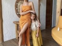Самый осенний цвет: Лена Перминова в хлопковом платье Zara цвета куркумы
