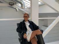 Стилист София Коэльо показывает, с чем носить кожаный плащ
