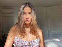 В лучах осеннего солнца: девушка Брэда Питта Николь Потуральски в самом знаковом платье этого лета