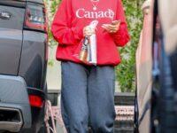 Хейли Бибер показывает, как стильно носить сувенирный мерч, который есть в гардеробе у каждой