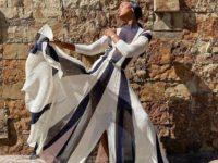 Жасмин Тукс в фантастическом гофрированном платье