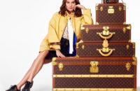 Алисия Викандер упаковывает и дарит подарки в праздничном видео Louis Vuitton