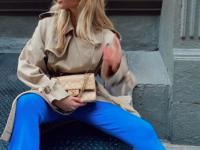 Бежевый тренч + яркие брюки: идея эффектного осеннего образа от Эльзы Хоск