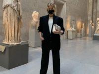 Безупречный черный костюм + белая футболка: осенний образ Эльзы Хоск, который легко повторить