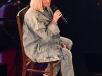Голубые джинсы и куртка вместо вечернего платья: Кэти Перри на премии 2020 American Music Awards