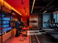 Игра на контрасте: яркий фитнес-клуб в Москве