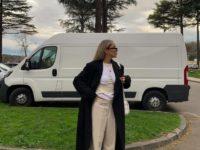 Как сочетать светлые джинсы и черное пальто? Показывает стилист София Коэльо