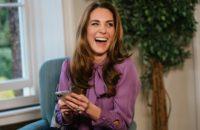 Кейт Миддлтон носит лиловый шелк, смеется от души и неожиданно говорит как королева