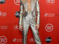 Корсет Dior, имитирующий обнаженное тело: супермодель Кара Делевинь на премии 2020 American Music Awards