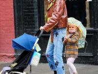 Кожаная куртка карамельного цвета + джинсы с принтом: Ирина Шейк на прогулке с дочерью