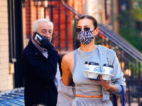 Микротренд: подбирайте принт маски к сумке, как Ирина Шейк на прогулке с дочкой