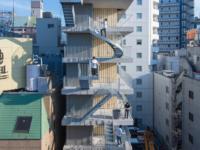 Отель с лестницами на фасаде в Токио