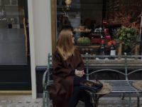 Пальто в оттенке горького шоколада идеально подходит блондинкам. Доказывает Роузи Хантингтон-Уайтли