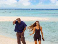 Парные образы: что носят Ким Кардашьян и Канье Уэст на тропическом острове