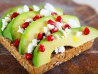 По всем правилам ЗОЖ: 7 полезных рецептов тостов с авокадо