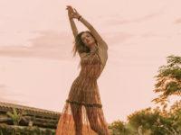 Притягательная красота: Алессандра Амбросио в полупрозрачном платье цвета шоколада