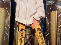 С чем носить «бесконечные» ботфорты на шнуровке: показывает Хайди Клум