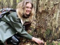 Синие резиновые сапоги, зеленый дождевик и кожаные кюлоты: в чем Наталья Водянова ходит за грибами