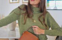 Сочетайте зеленый свитер с голубыми джинсами, как француженка Жюли Феррери