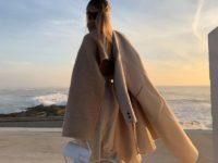 Укороченный свитер с длинными рукавами— одна из лучших покупок осени: доказывает стилист София Коэльо
