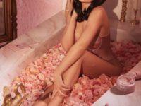 Ванна Клеопатры: эффектный образ Кайли Дженнер в ванной с лепестками роз
