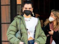 Дуа Липа носит кроп-топы круглый год, но в декабре сочетает их с пуховиком