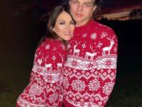 Элизабет Херли отметила Рождество с сыном Дэмианом в одинаковых свитерах