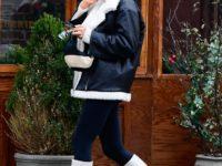 Ирина Шейк доказывает, что белые сапоги— лучшая покупка этой зимы